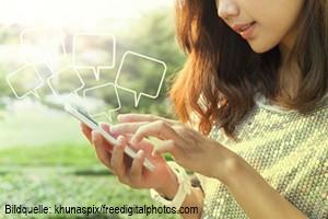 Frau mit Handy khunaspix small