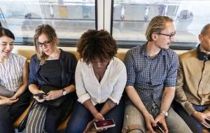 Menschen die im Zug im Internet surfen