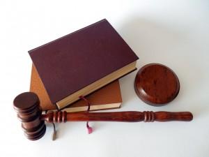 Hammer und Gesetzesbücher