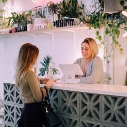 Kunden und Unternehmerin in lokalem Geschäft