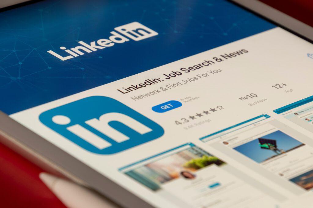 Smartphone mit LinkedIn-Ansicht